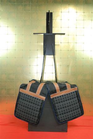 (1)鎧櫃に佩楯(はいだて)を結び固定し、鎧立てを櫃の中心よりやや前に立てる。